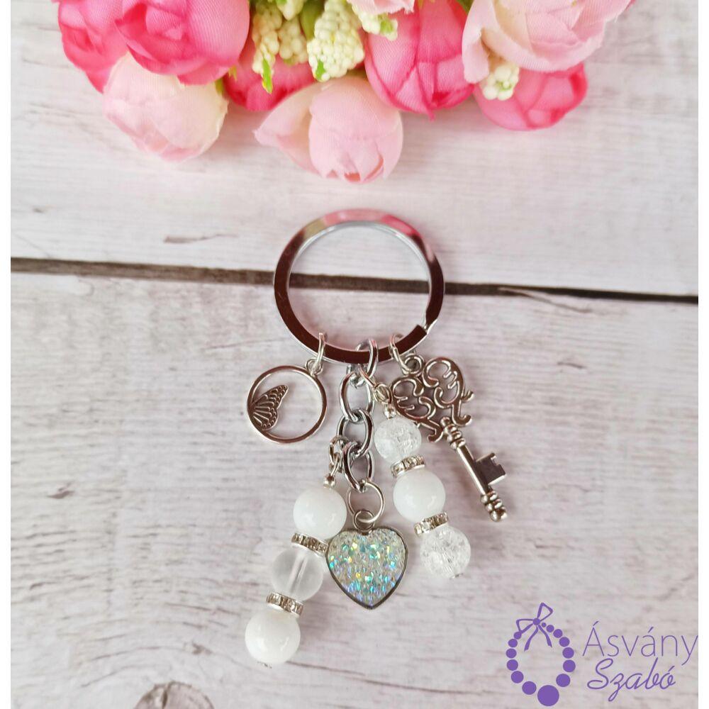 Fehér szives kulcstartó/táskadísz